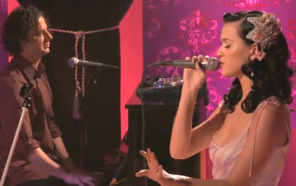 Katy-Perry-MTV-Unplugged-Kiss-A-Girl