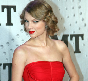 Photo of Taylor Swift - Honored as one of CMT's Artists of The Year 2011