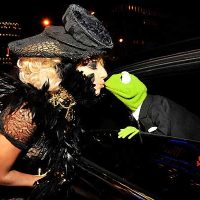 Lady GaGa kissing Kermit the Frog of Muppets Movie