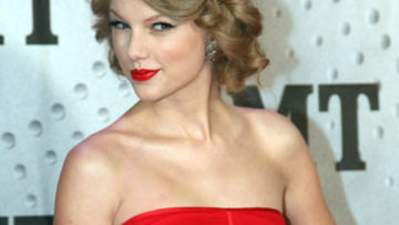 Photo of Taylor Swift – Honored as one of CMT's Artists of The Year 2011